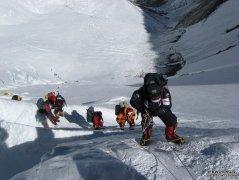 珠峰北坡完成至海拔8300米的登山修路与运输